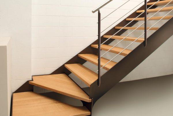 Scala a doppia fascia laterale in acciaio e montanti colore Ral con scalini in massello di rovere e ringhiera in acciaio inox